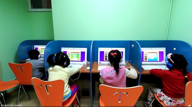 托马斯学习馆黄村校-少儿英语O2O教室里孩子们正在认真练习线上课程
