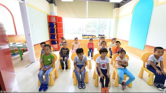 托马斯学习馆黄村校-幼儿英语多媒体教室里孩子们正在认真听讲