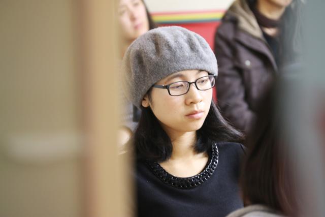 杜女士认真聆听托马斯教育精英团队的精彩讲解