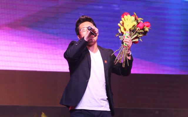2015年度托马斯教育颁奖盛典-品牌部 独唱《爱我还是她》