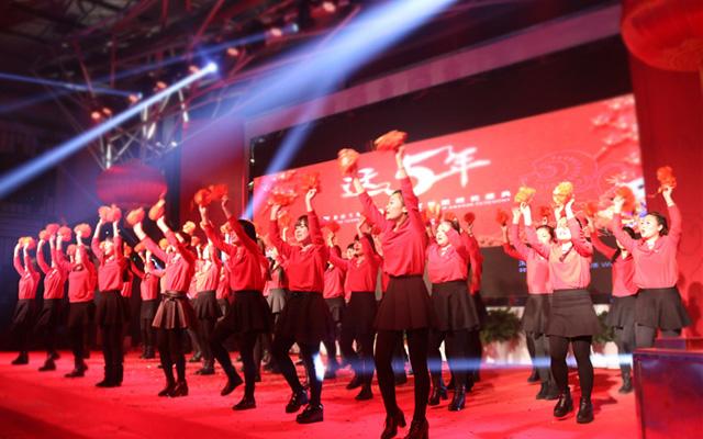 2015年度托马斯教育颁奖盛典-大兴校区 舞蹈《相亲相爱的一家人》
