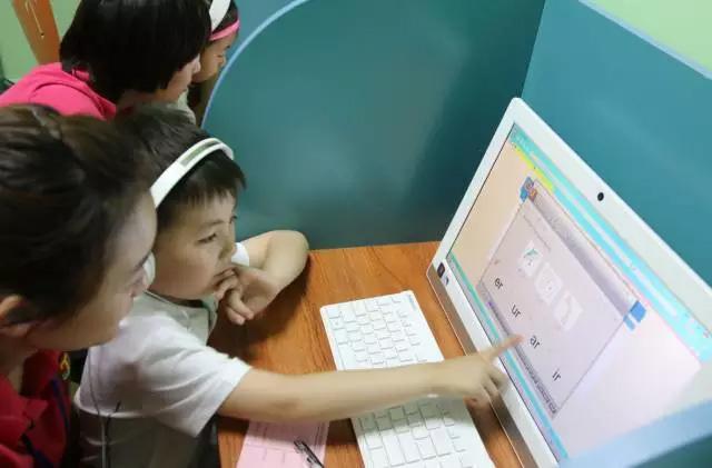 托马斯学习馆大兴直营校小学员在使用020系统学习