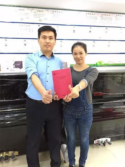 托马斯招商总监姚辉宁(左)与孙女士合影(右)