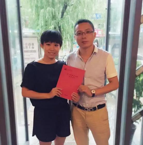托马斯招商总监叶老师与刘女士签约后合影