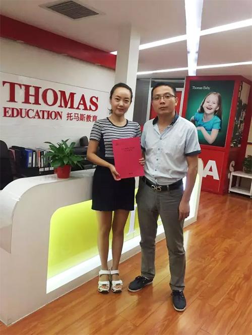 辜女士(左)与托马斯招商总监叶老师(右)在总部合影