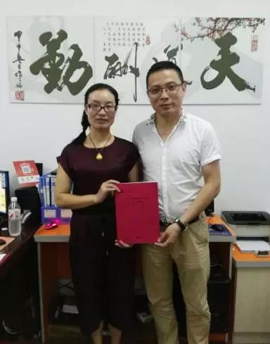 托马斯招商总监叶老师(右)与申女士(左)在总部签约后合影