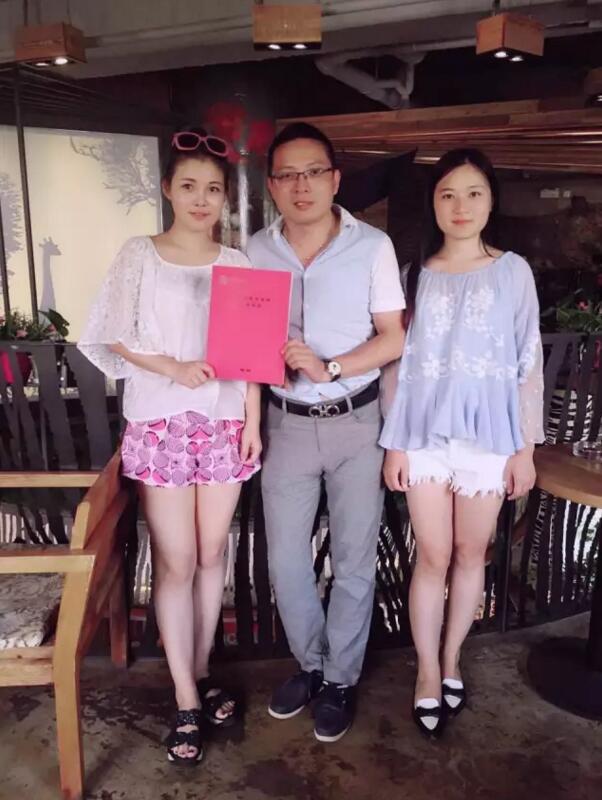 托马斯招商总监叶老师(中)与王女士(左)签约后合影
