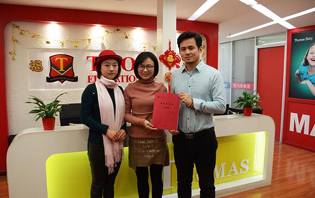 托马斯招商总监朱老师(右)与李女士(左)、彭女士(中)签约后合影