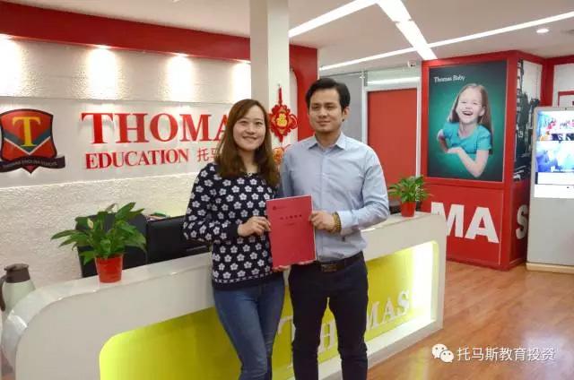 托马斯招商总监朱老师(右)与张女士(左)签约后合影