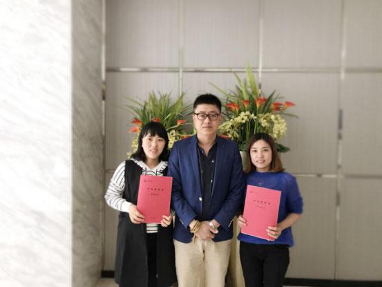 托马斯高级招商经理李老师与王萍女士和胡蝶女士签约后合影