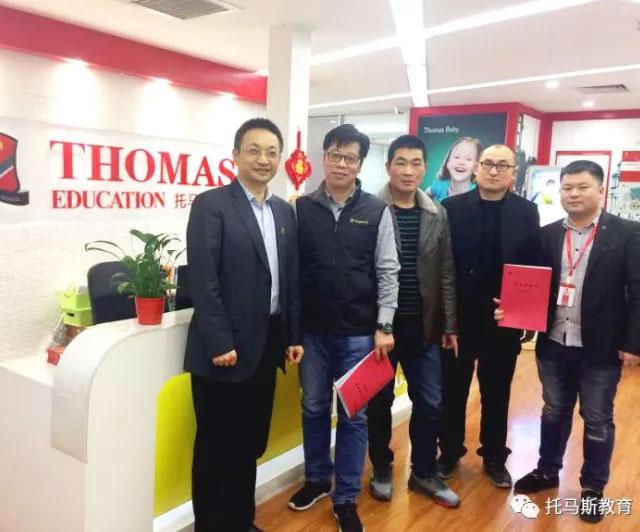 公司领导钱、招商经理张老师与投资人徐先生签约后合影