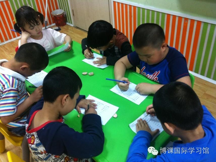 托马斯学习馆-做题中的孩子们