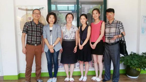 托马斯教育访问团与具有30多年历史的韩国梨花幼儿园的园长合影