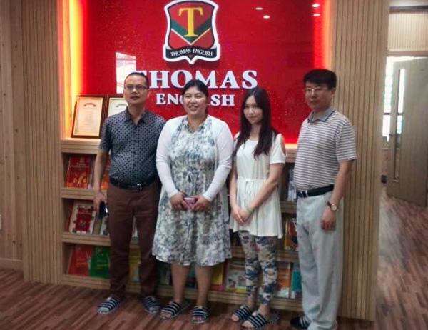 托马斯教育访问团与京畿道南端的安城小学对面的托马斯英语培训学校校长合影