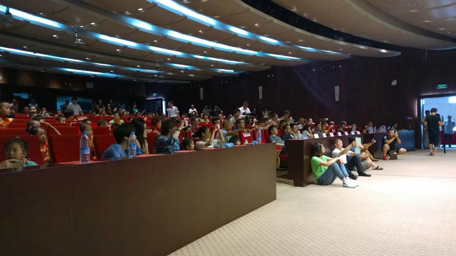 托马斯教育2014届STEAM课程毕业典礼上席地而坐近距观看的观众