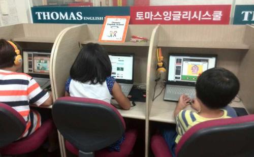 韩国托马斯学校的学员在线学习情景